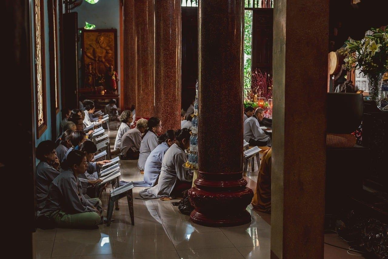 hiljainen meditaatiohetki hyvinvointitapahtumassa