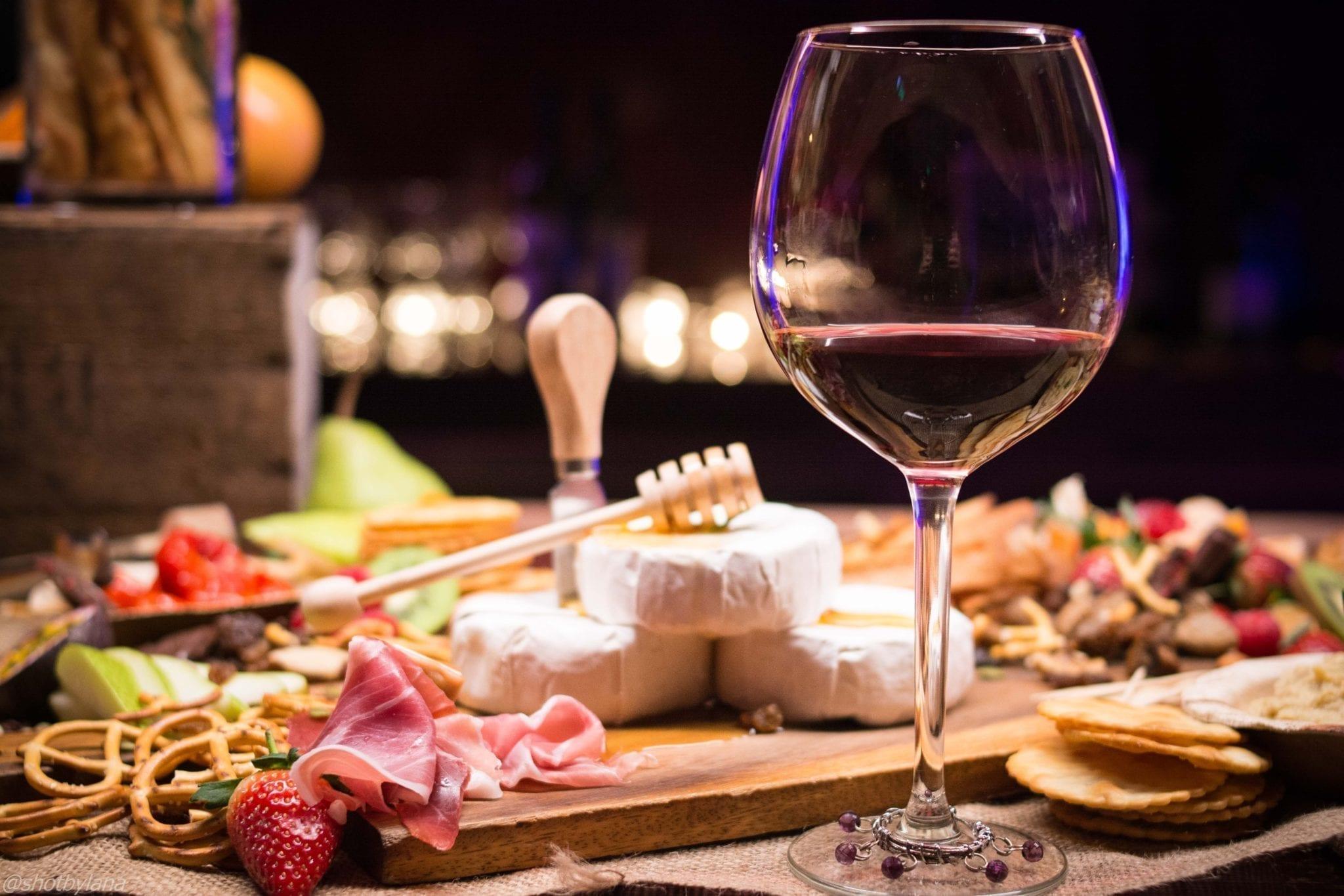 Kuinka vetää ruoka- ja juomatapahtuma: Säilytä viinin lämpötila oikeana ja yhdistä se sopivaan ruokaan.