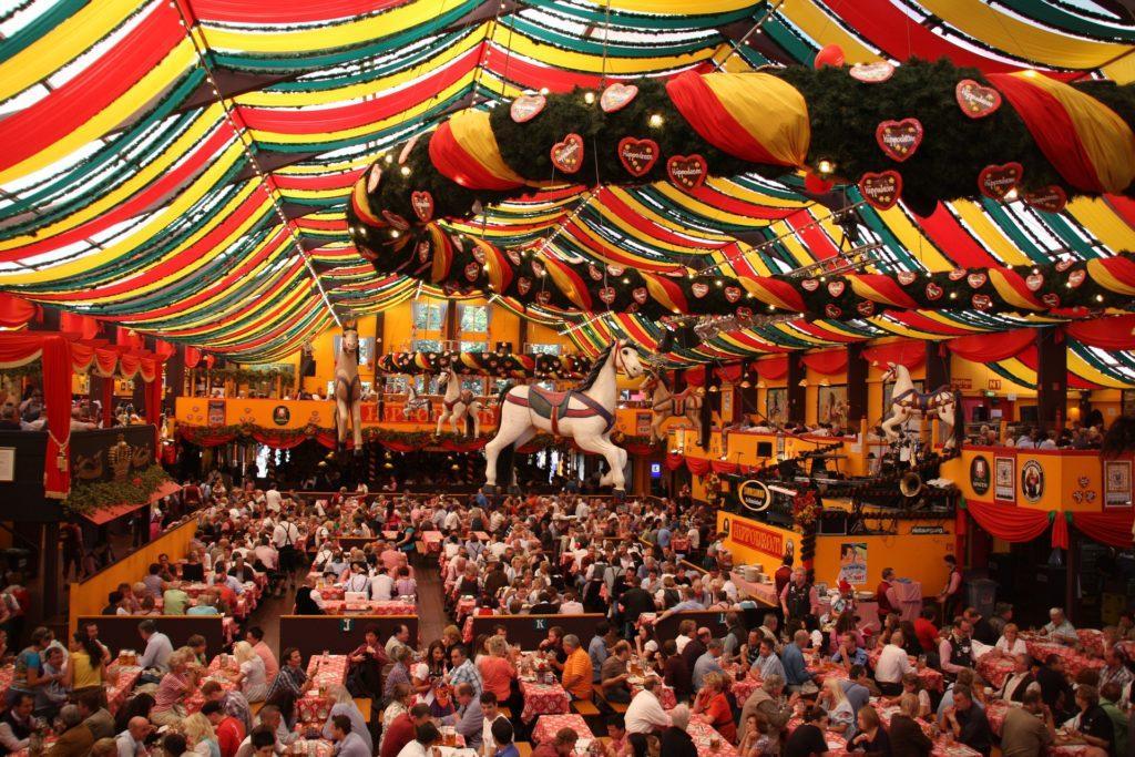 Oktoberfest-tapahtumaideoita: Miltä tapahtumapaikalla näyttää.